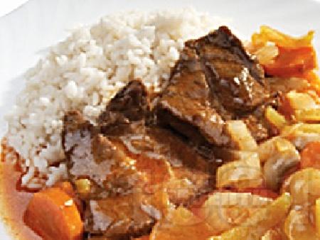 Задушени телешки пържоли от шол с лук, гъби, чушки и моркови и ароматен доматен сос в тенджера - снимка на рецептата